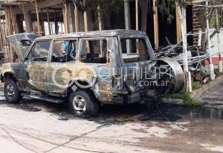 El fuego devoró una camioneta en la vía pública 2