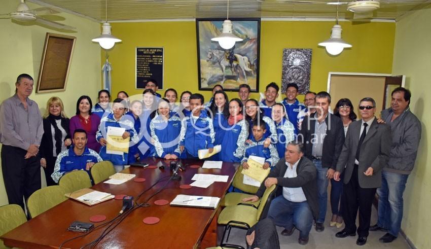 Concejales entregan reconocimiento a deportistas que participaron en los Juegos Evita 9