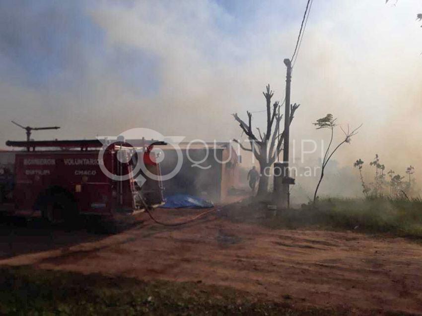 Bomberos contra el viento y las llamas defendió bienes en varios frentes 6